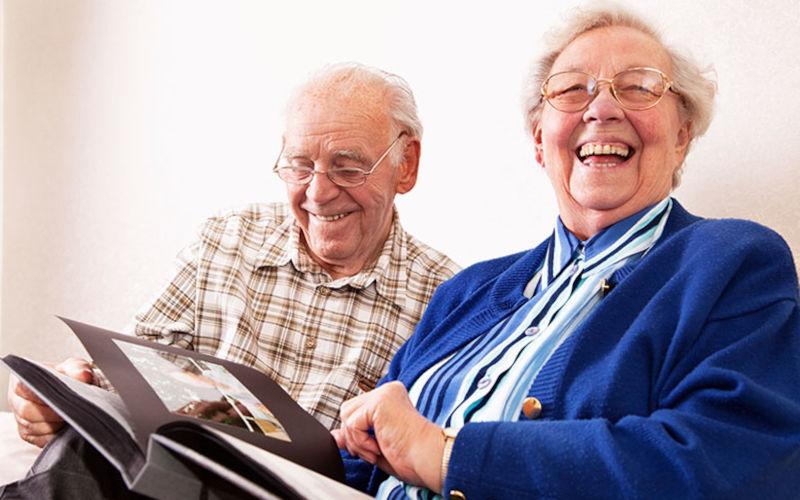 Älteres Ehepaar ist glücklich nach dem Immobilienverkauf